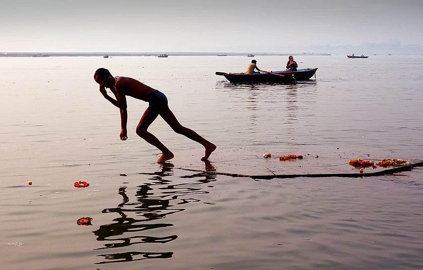В Индии река Ганг женского рода — Ганга. Для миллиарда индийцев она богиня-мать<br>На фото: мужчина во время утреннего омовения в священных водах