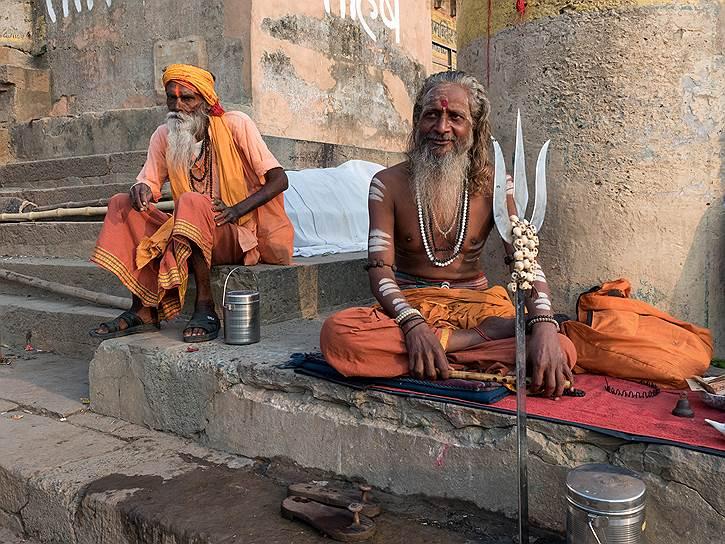 Садху — странствующие аскеты, йогины. Они отказываются от всего земного — чувственных наслаждений, владения материальным и долга перед близкими
