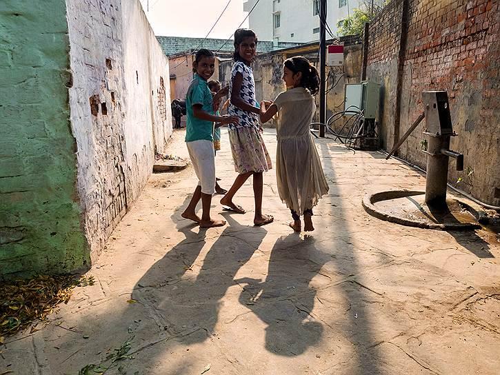 Улицы Варанаси заполняют попрошайки, странствующие лжесвятые, пятиногие коровы, танцоры, факиры, предсказатели, воры, гигантские крысы, астрологи, туристы, продавцы наркотиков, шелка, золота, навоза, музыканты, художники, убийцы, любовники<br>На фото: дети на улицах старого города