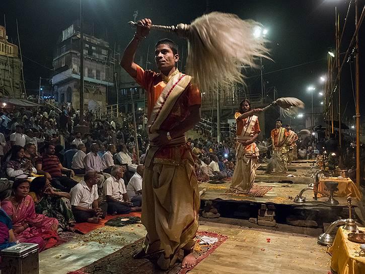 Аарати — вечернее служение Ганге. Это продолжение древней ведической церемонии подношения божествам ритуального огня. Суть церемонии: выражение любви, смирения и благодарности за жизнь всех живых существ