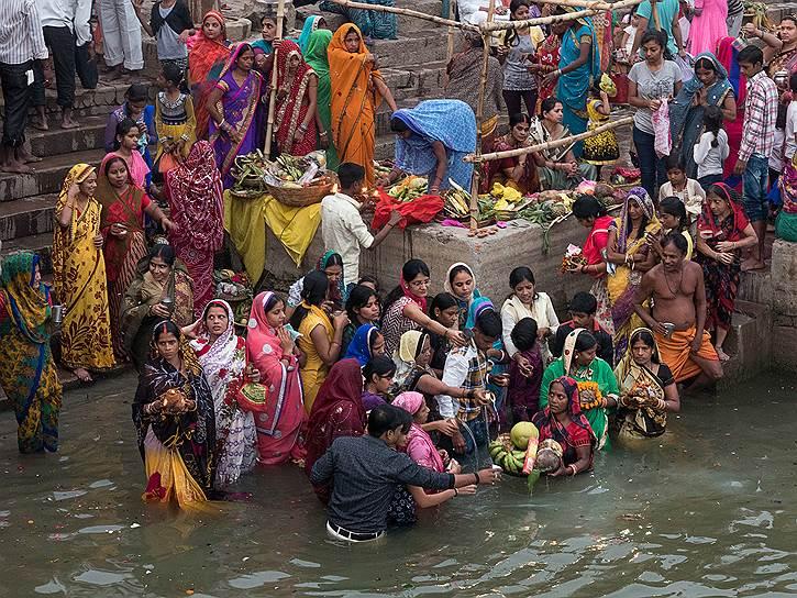 Каждое утро женщины и мужчины совершают ритуальные омовения в Ганге. В большинстве домов водопровода нет. Поэтому кроме религиозной пользы, это еще и единственная возможность помыться
