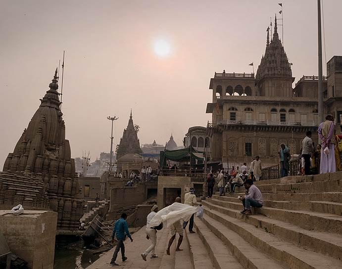 Гаты. Лестницы, ведущие к реке. На них традиционно уже тысячи лет сжигают умерших. Каждый индус мечтает стать пеплом именно в Варанаси. Так можно прервать круг перерождений и сразу отправиться в нирвану
