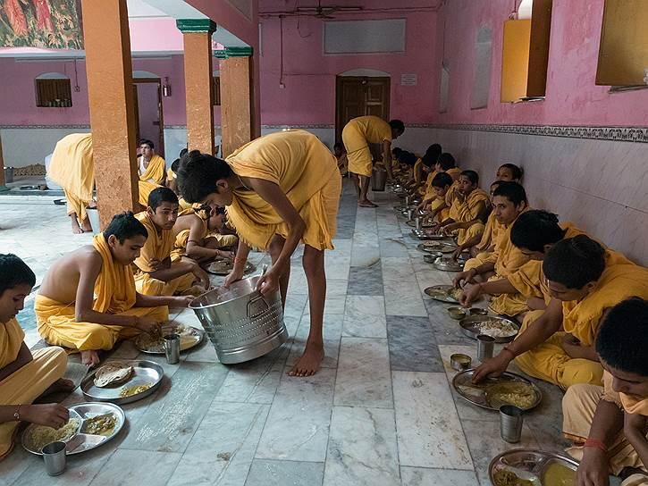 Ученики школы санскрита при храме Шри Рама во время обеда