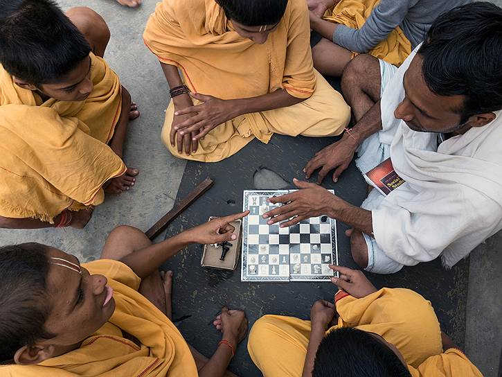 В свободное от учебы время ребята играют в шахматы, нарды