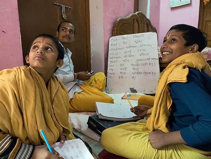Кроме санскрита в школе при храме Шри Рамапреподают английский, математику, хинди