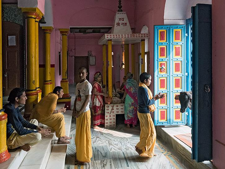 Вход в храм Шри Рама. Корова — священное животное. И отгоняют ее аккуратно. Громкими хлопками