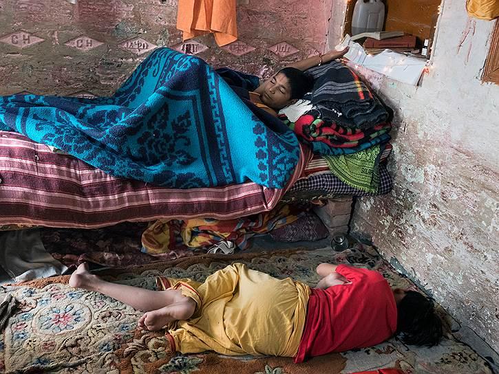 Дети в школе Шри Рама днем спят