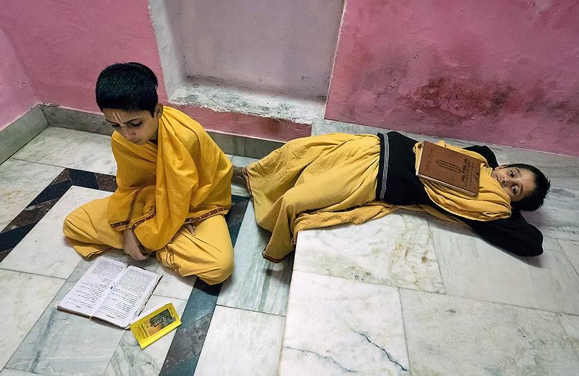 Студенты гордятся своей избранностью и упорно учатся. После этой школы открыт путь в престижные университеты, можно выбрать профессию врача или юриста. Но каждый ребенок говорит: «Я хочу стать гуру»