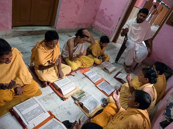 Дети заучивают священные тексты на санскрите