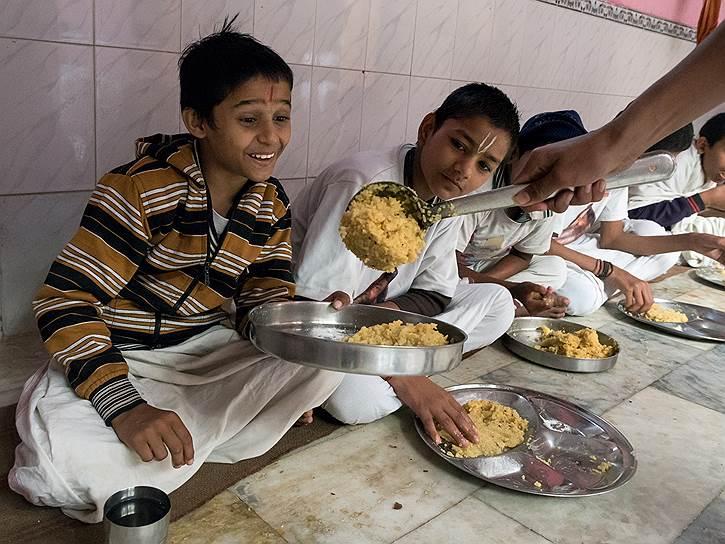 В Индии едят сидя на полу и руками. Вечером по традиции первая лепешка — корове. Дети выбегают на улицу и отдают хлеб первой попавшейся