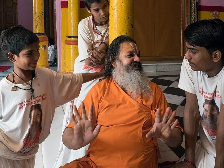 Гуру навещает школу санскрита. Каждый ребенок хочет поговорить с Учителем