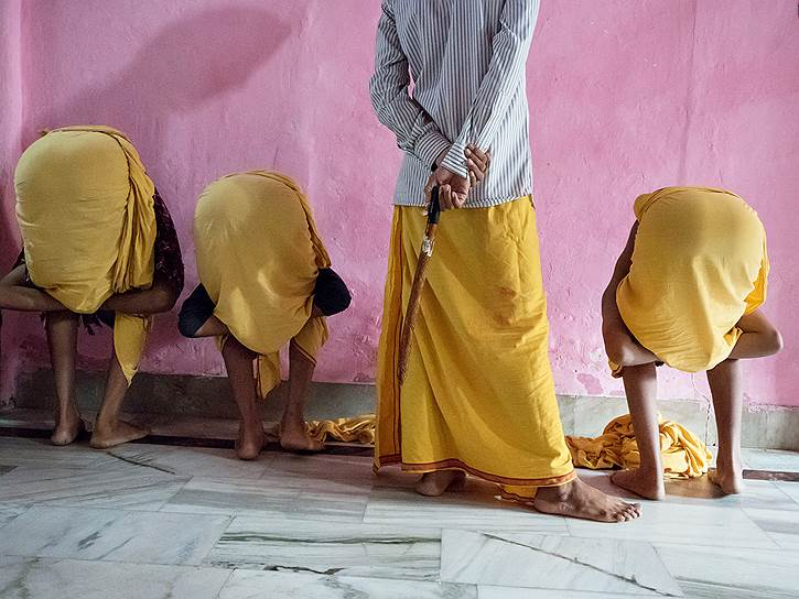 Телесные наказания — обычное дело для Индии. Даже полицейские легко пускают в ход бамбуковые палки