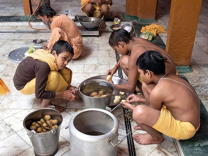 Студенты школы сами готовят еду под наблюдением поваром
