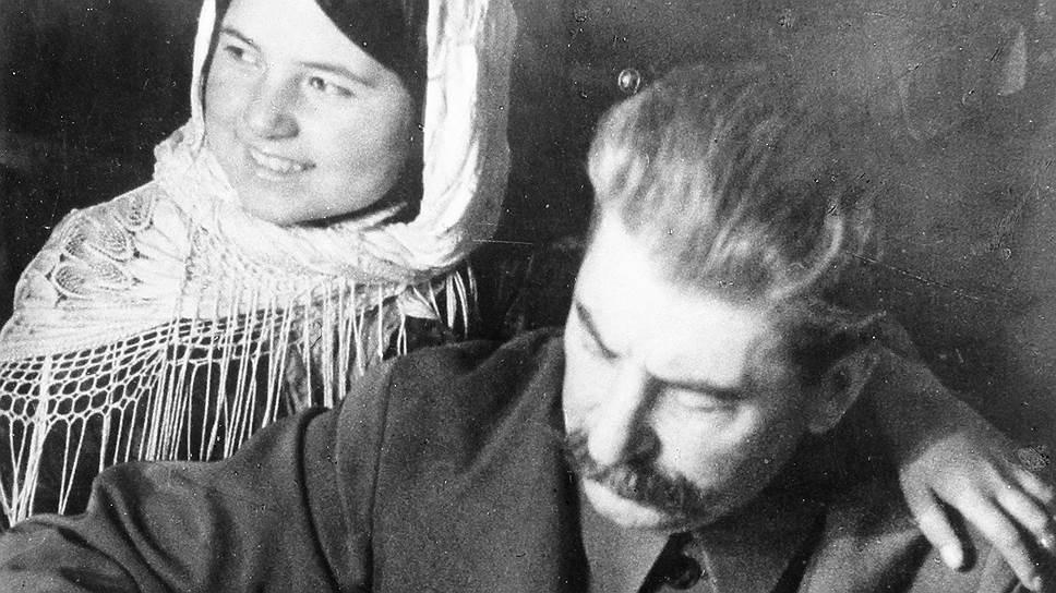 Снимок 1935 года: Сталин работает с документами. Рядом с ним участница совещания стахановцев хлопковых полей Мамлакат Нахангова