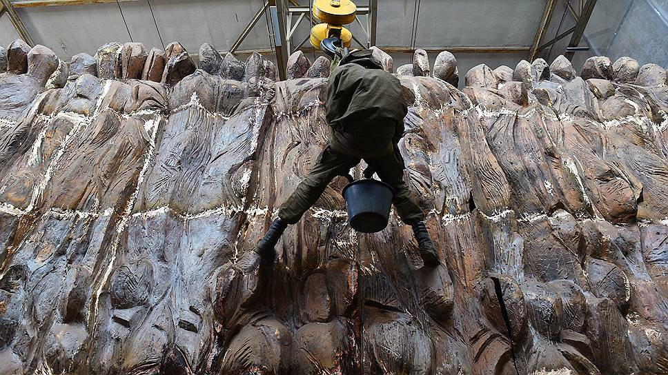 Чтобы глина во время работы не застыла, ее приходится все время поливать водой. Высота горельефа — 6 м, длина — 30 м