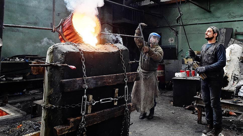После того как композиция выполнена в глине, она формуется в гипсе и отливается в бронзе