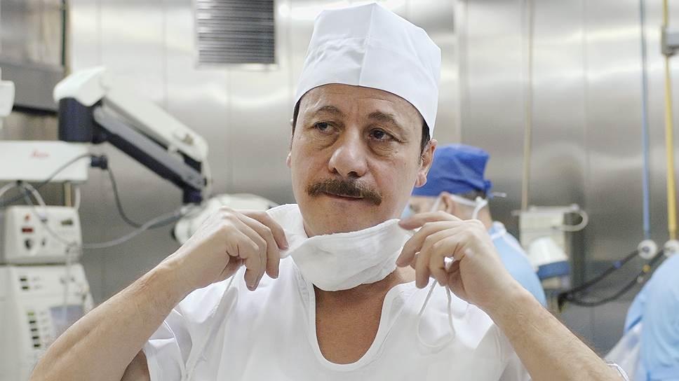 Профессор Христо Тахчиди готовился к имплантации бионического глаза два года. Он стал первым в России хирургом, выполнившим столь сложную операцию