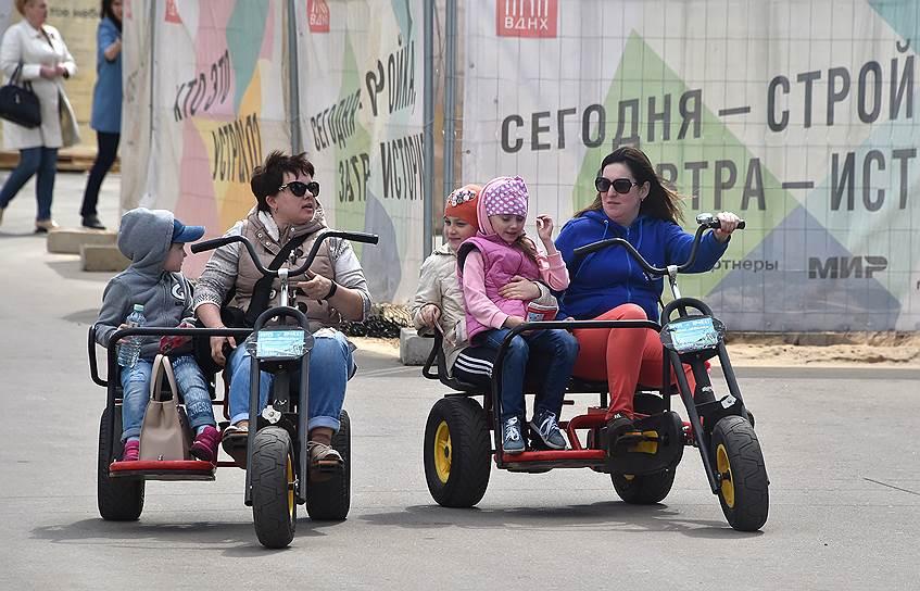 Прокатные трехколесные велосипеды в парках позволяют неспешно прокатиться всей семьей