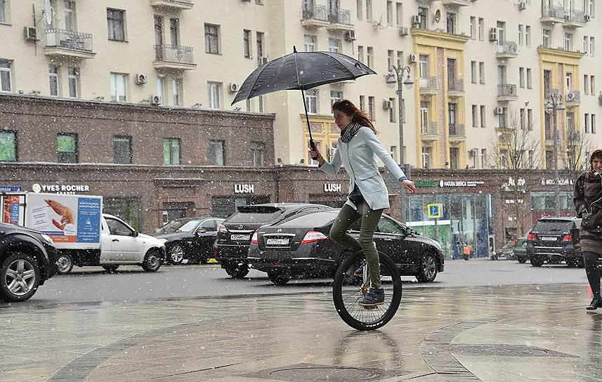 Моноцикл требует от ездока изрядной ловкости, зато его всегда можно взять под мышку и прыгнуть в метро. Так что цирковой снаряд тоже стал транспортным средством