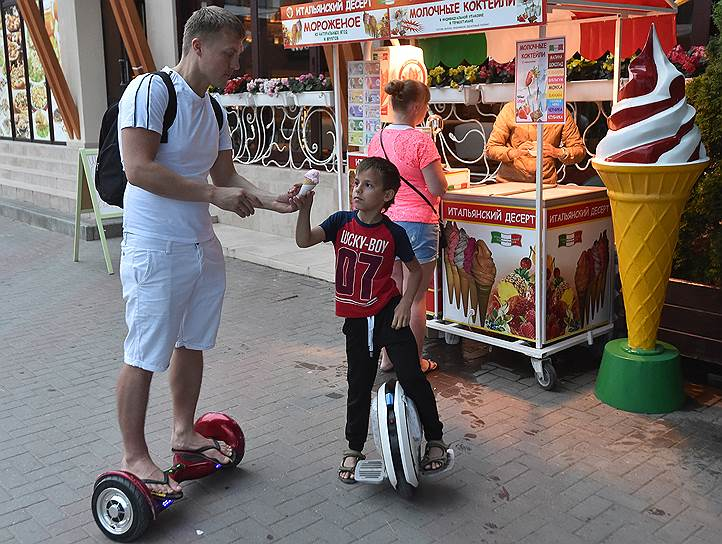Электротранспорт москвичи осваивают целыми семьями: отец на гироскутере, сын на моноколесе