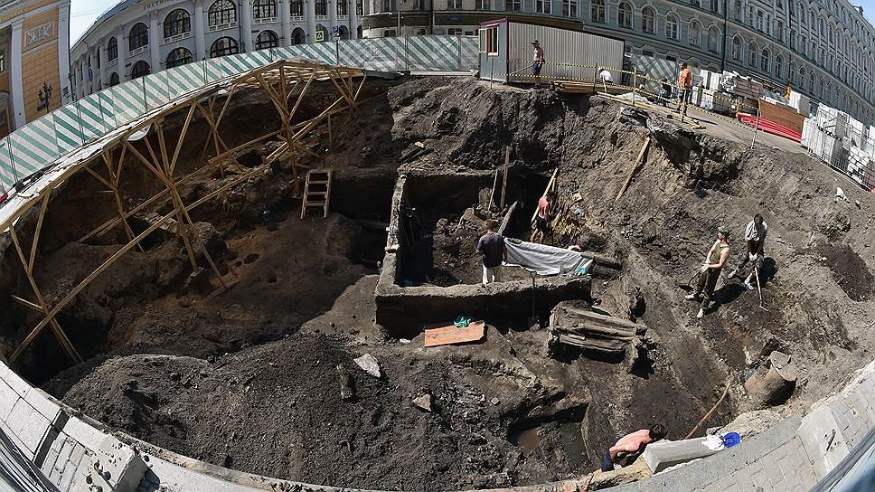 В раскопе на Биржевой площади археологи каждый день находят все новые древние артефакты