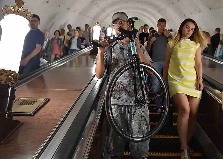 Обычные, не складные велосипеды возить в метро категорически запрещено, но многие умудряются обойти запрет