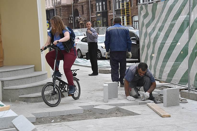 По скорости и проходимости такой велосипед, конечно, уступает спортивному, зато быстро и легко складывается. Но на перекопанных московских улицах и с таким транспортом непросто