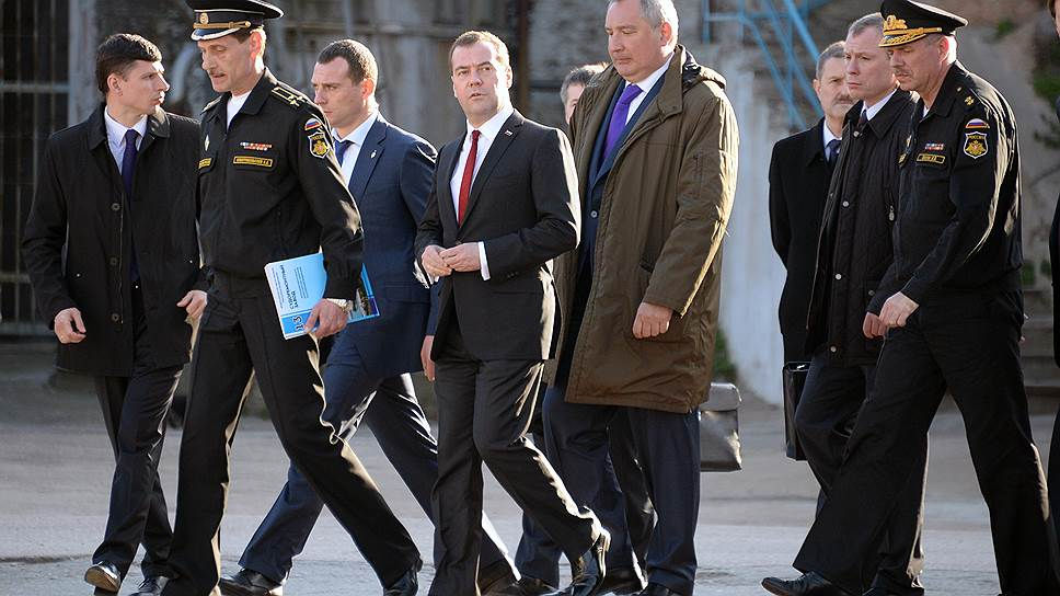 На этом фото Сергей Новогрибельский (второй слева) еще директор завода и принимает у себя высоких гостей — главу правительства Дмитрия Медведева и вице-премьера Дмитрия Рогозина. Гости директора хвалили, увиденным остались довольны. Но прошло несколько месяцев, и на директора завели дело