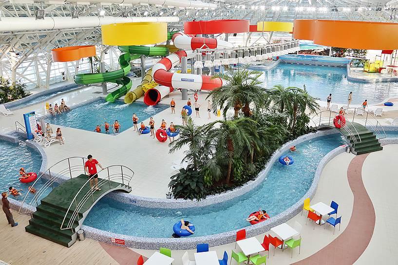 В аквапарке кроме водных дорожек и горок есть бассейн с искусственными волнами