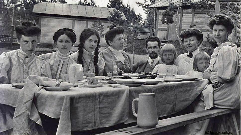 Семейное застолье на даче при санатории Санкт-Петербургского благотворительного Общества последователей гомеопатии, конец 1900-х