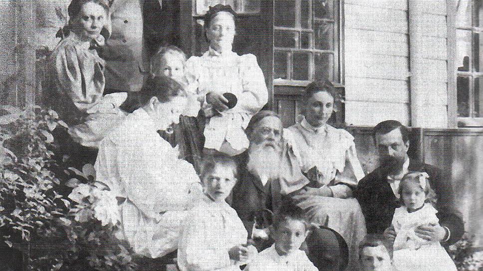 Поэт Аполлон Майков с родственниками на даче в Сиверской, 1890-е