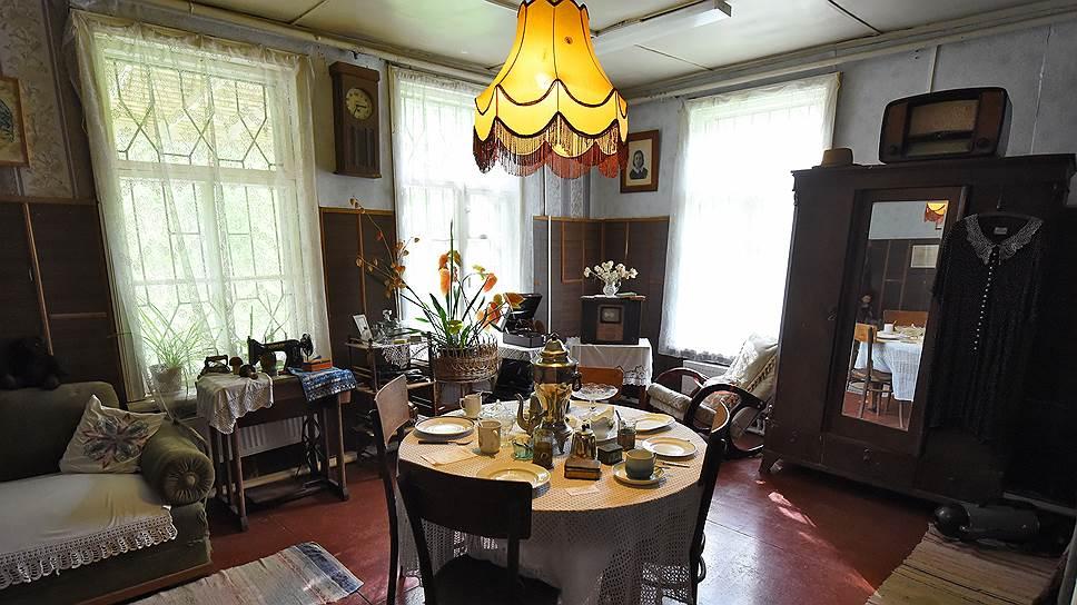Круглый стол, узорчатые скатерти, вышитые подушки-думочки, абажур— время замерло в зале музея и на доске объявлений минувшего века