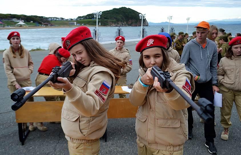"""Девочки тоже должны уметь стрелять. Детский центр """"Океан""""."""