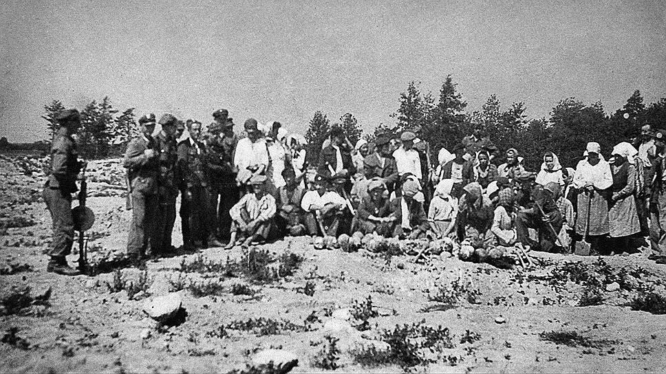 """Польские крестьяне, перекапывающие территорию лагеря Треблинка в поисках золота и драгоценностей. Фото из """"Газеты Выборчей"""""""