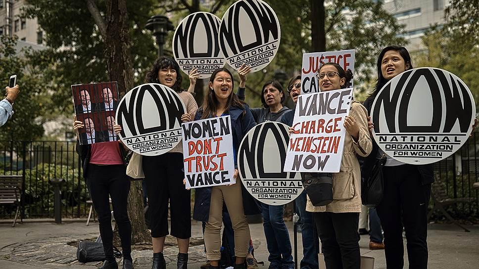 Демонстрация не многолюдная, но яростная— женщины требуют посадить Вайнштейна в тюрьму