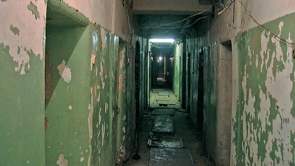 Фото начала 90-х. Коридор корпуса Свято-Екатерининского монастыря, где находились камеры
