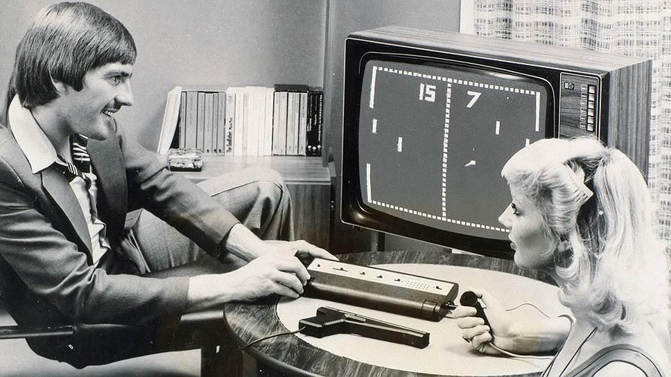 На этой фотографии ностальгию вызывает все: и костюмы с прическами, и старый добрый телевизор, и, конечно, сама игра Pong— первая видеоигра в мире, добившаяся финансового успеха