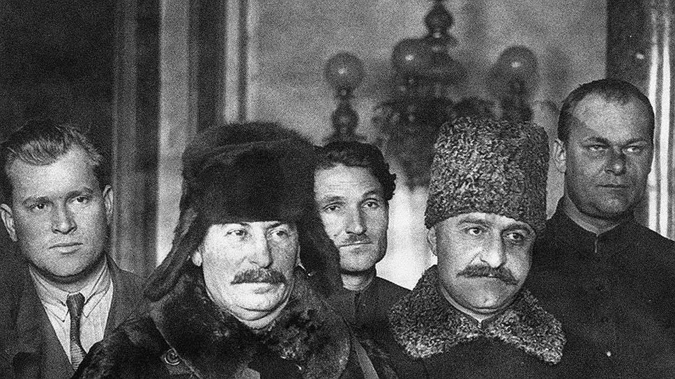 Сталин и Серго Орджоникидзе. Вскоре этот человек в шубе станет новым хозяином страны