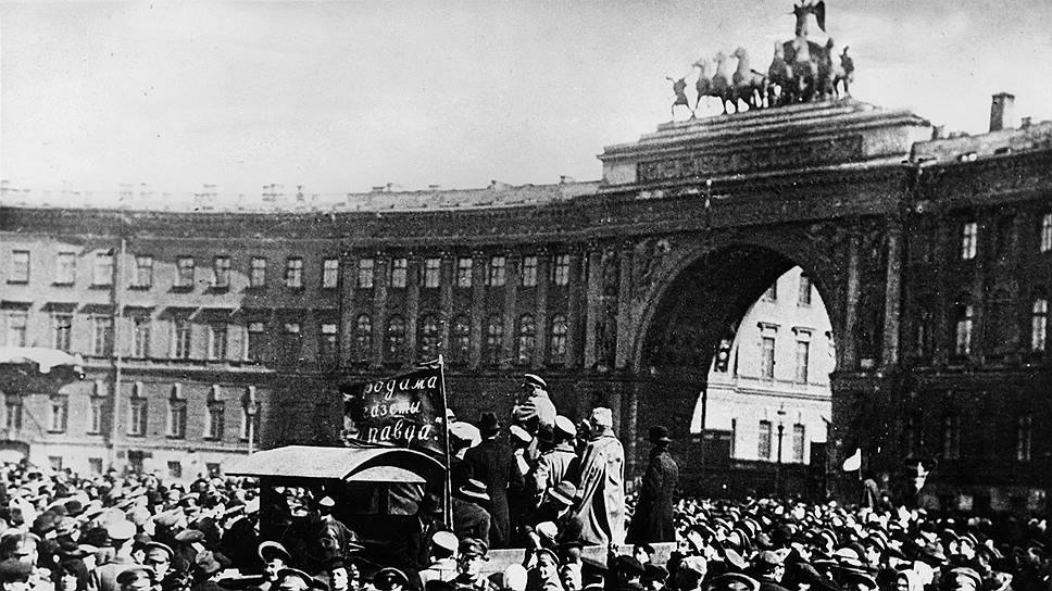 Большевики выступают перед многотысячным митингом рабочих и солдат на Дворцовой площади