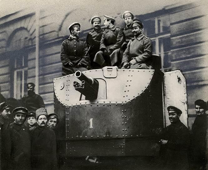 """Солдаты автобронедивизиона на броневике """"Илья Муромец"""" во дворе Смольного"""