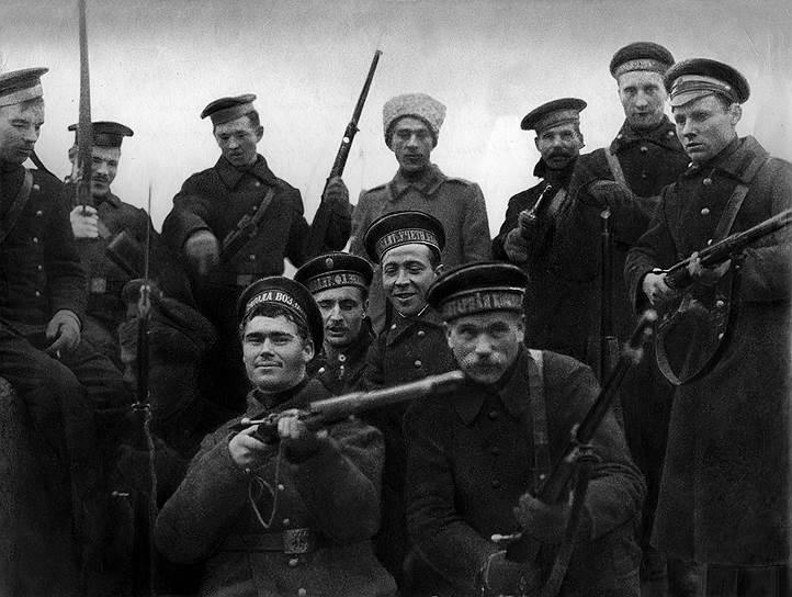 Участники штурма Зимнего. Снимок сделан 26октября (8ноября) 1917года в первой половине дня после взятия Зимнего дворца