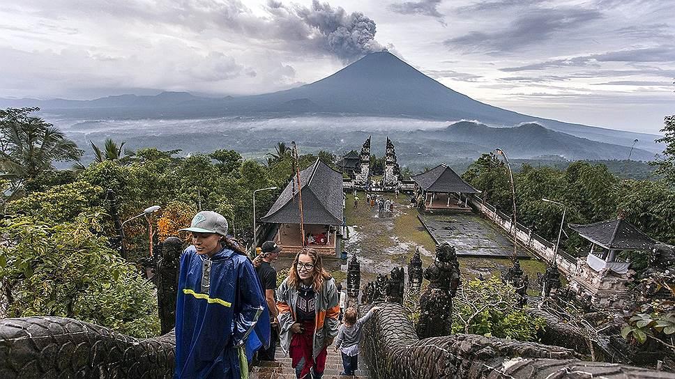 Священная гора Агунг — главный вулкан острова Бали извергается с 25 ноября