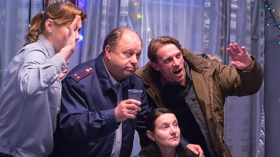 Мир охранников (слева; в центре— Инга Оболдина) и мир заключенных (Виктория Исакова в центре) к концу фильма образуют сложный синтез