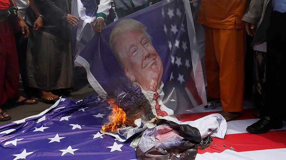 Флаги США и портреты Трампа горели так быстро, что протестующие не всегда успевали прокричать все заготовленные проклятия