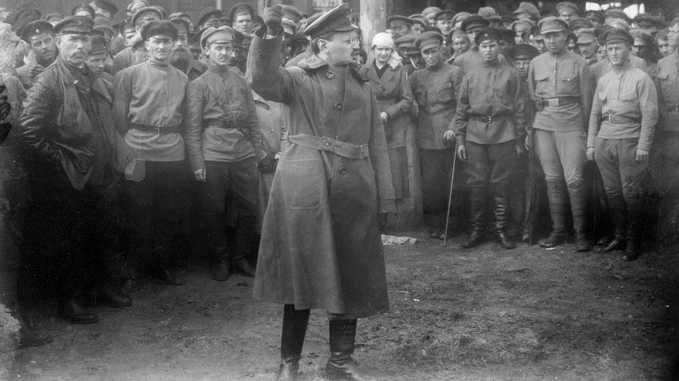 Наркомвоенмор Лев Троцкий призывает бойцов Первой конной дать отпор белогвардейцам и интервентам летом 1919-го. Всего год назад он на интервенцию Антанты рассчитывал