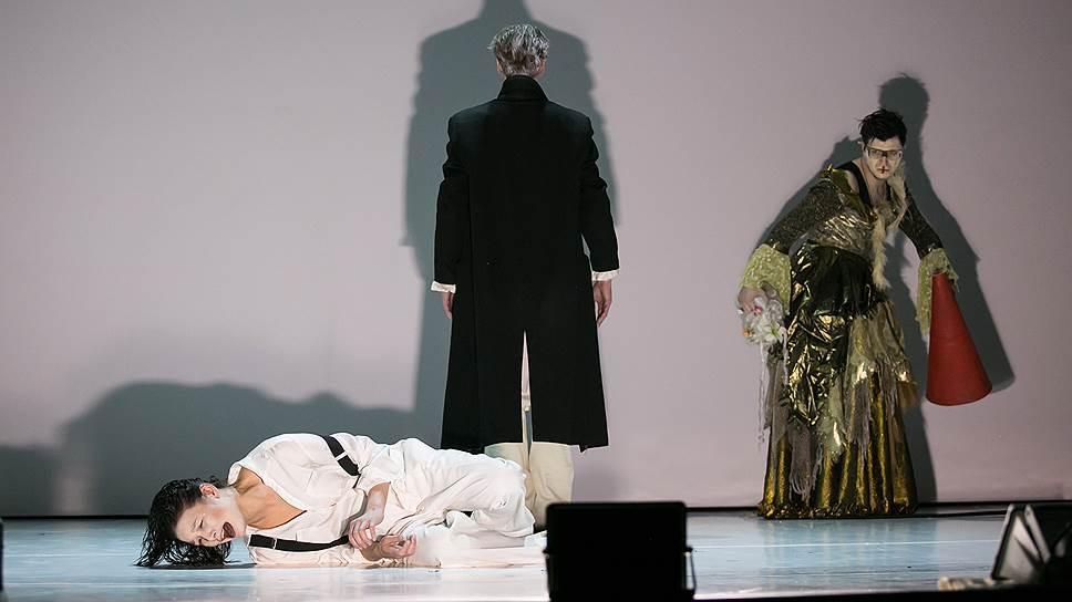 Актриса Лаура Пицхелаури в роли Гамлета (внизу) возвращает шекспировской пьесе напряженность, которая поначалу кажется несовместимой с жизнью