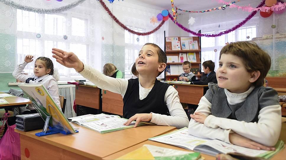 """В Лесниково трудятся 10 учителей, из которых шесть преподавателей имеют высшую квалификационную категорию, два педагога имеют звание """"Заслуженный учитель РФ"""" и один — нагрудный знак """"Почетный работник общего образования РФ"""". Нередко один учитель проводит урок для двух классов одновременно"""