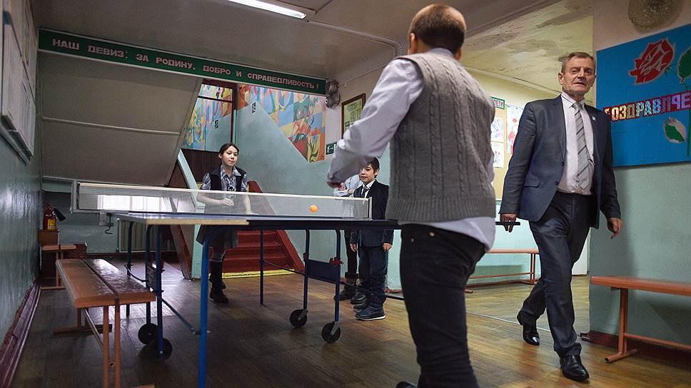 Директор школы Михаил Овечкин не очень доверяет видеокамерам — контролирует все сам