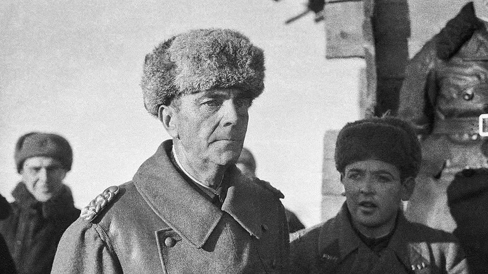 Фридрих Паулюс, 1943год. Справа— переводчик Лев Безыменский