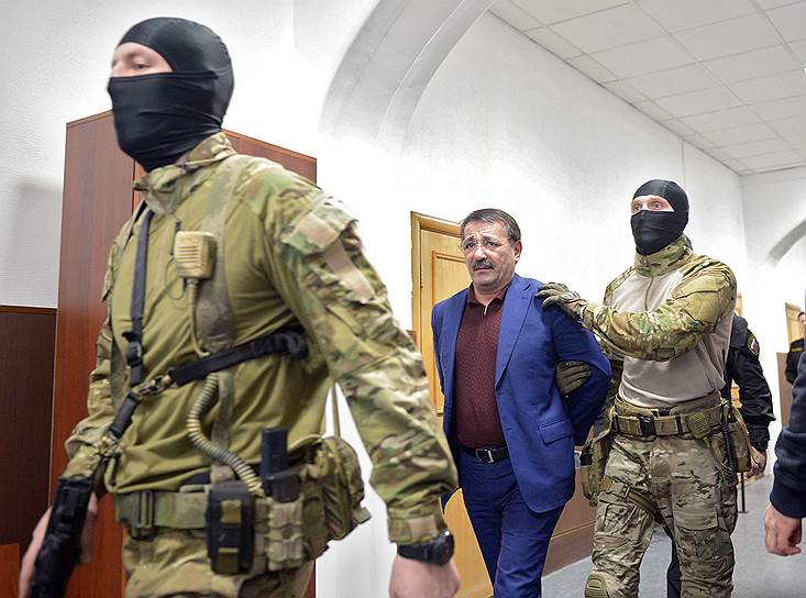 Бывший врио вице-премьера Дагестана Шамиль Исаев обвиняется в хищениях из бюджета. Задерживали его на родине, но уже доставили в Москву